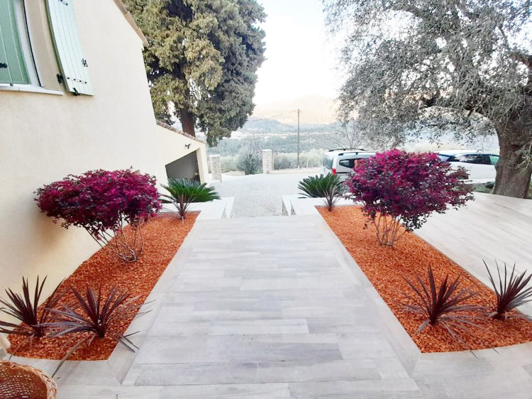 jardin-decoration-brique-pilee